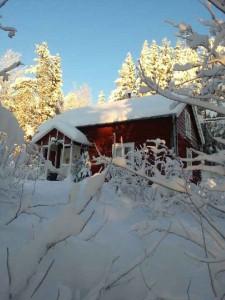 Britta Svenssons stuga, numera Örjan och Raijas låg inbäddad i snö.