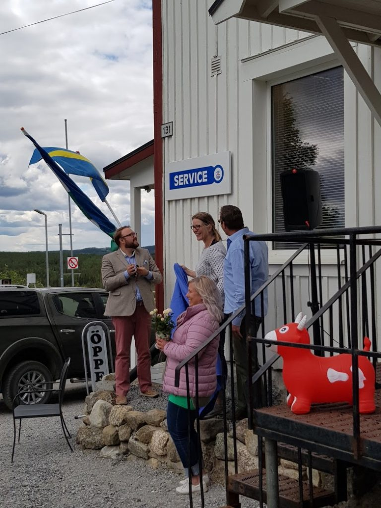 Kommunalrådet Jonas Andersson och Anna-Märta Johansson från Näringsliv & Utvecklingsenheten, tillsammans med Sandra och Edward van Munster.