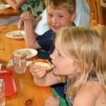 Fabian och Klara skippade kamsen och åt korv med bröd.