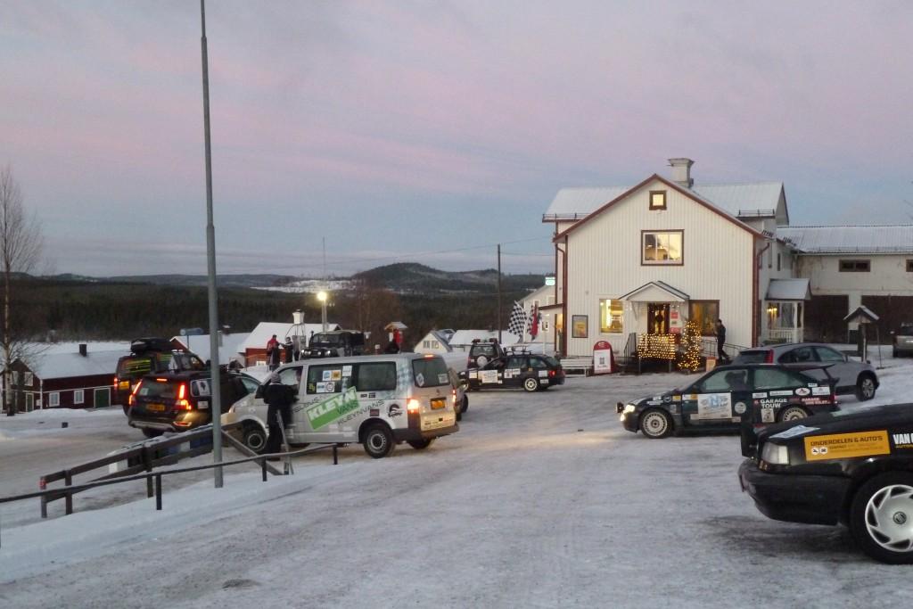 Många spektakulära bilar utanför Affär´n när Nordkaap Challenge är på väg härifrån.