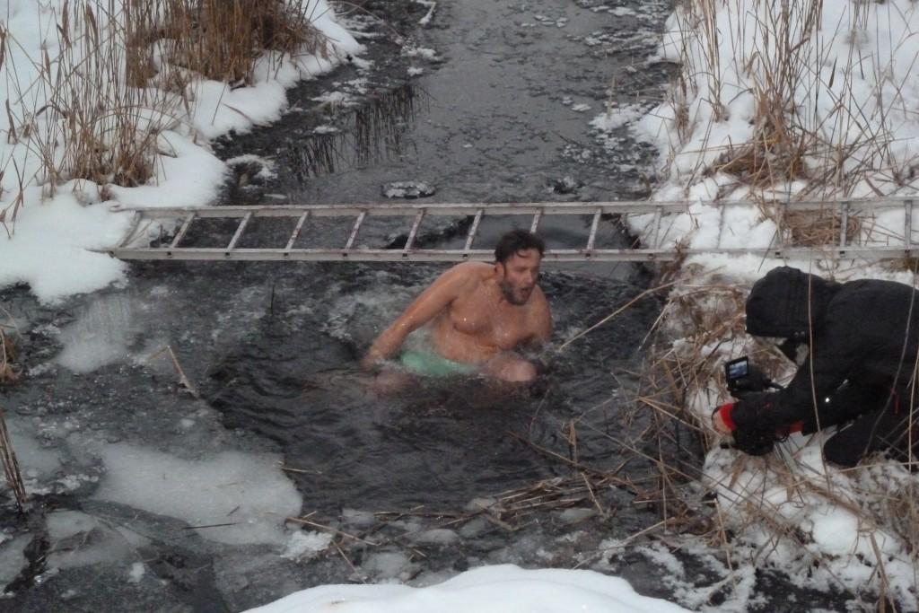 Det var många som tog ett dopp i det iskalla vattnet.