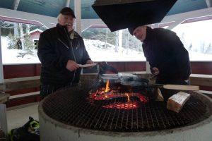 Ove och Johan skötte kolbullestekningen med den äran.