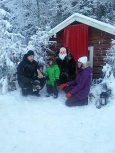 En familj på besök hos tomten.