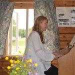 Eva-Lotta på orgelspelning Vest i buan i Fullsjön