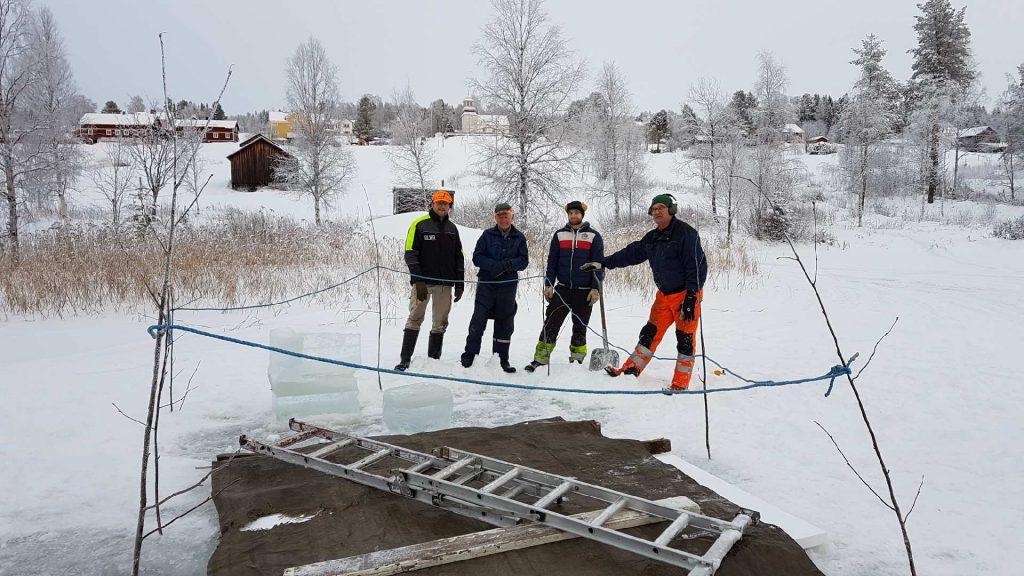Efter arbetet med att ordna en isvak till måndagens bad syns Edward van Munster, Tage Torgersson, Johan Blixt och Lars Blixt. Foto Mikael Eklund